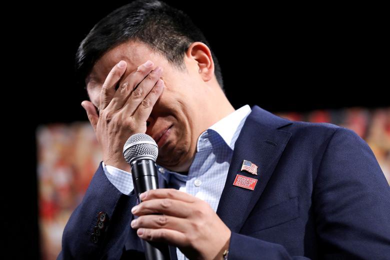 2020 Demokratik ABD başkan adayı ve girişimci Andrew Yang, Iowa'daki Des Moines'deki Başkanlık Silah Sense Forumunda, Las Vegas'tan Stephanie Pizzoferrato'nun 4 yaşındaki kızı Dayla'nın başıboş bir kurşunla öldürüldüğünü söylediğini duyduktan sonra tepki verdi.  REUTERS / Scott Morgan