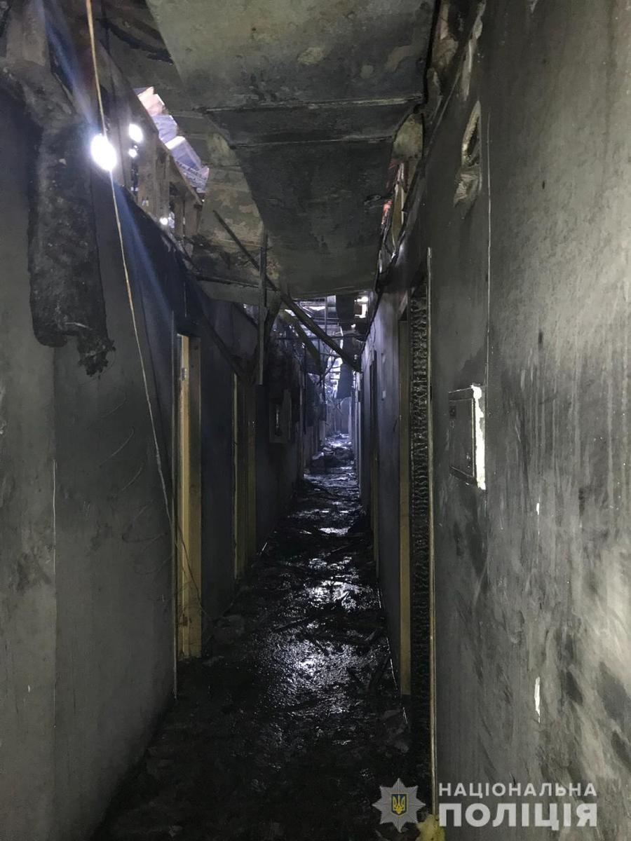 Agt sterf in die brand in die hotel in die Oekraïne