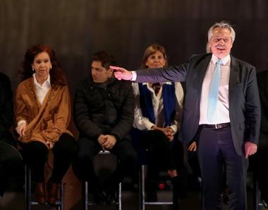 FOTO DE ARCHIVO: El candidato presidencial Alberto Fernández hace un gesto...