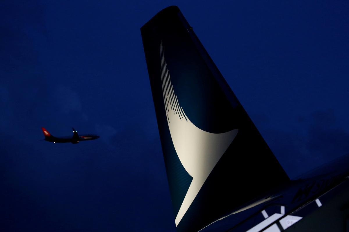Cathay Pacific-aandele styg met 2,3 persent nadat Hogg, uitvoerende hoof, bedank het