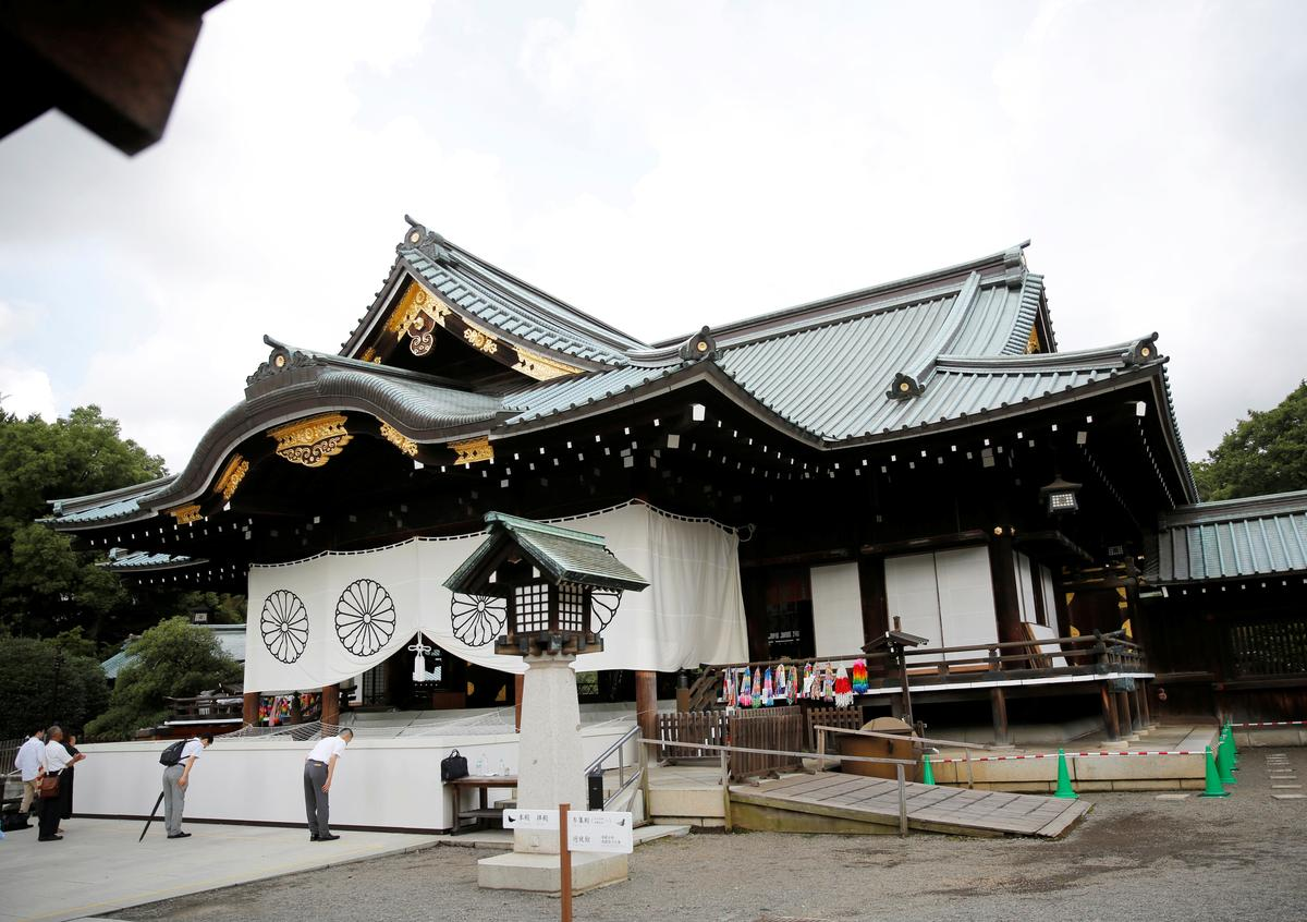 Japan se heiligdom vir oorlogsdood is gevandaliseer deur 'n man wat beweer dat hy Chinese is