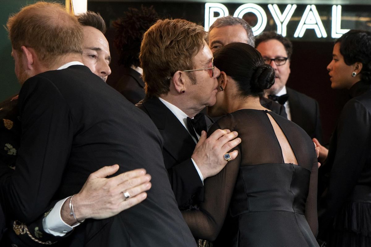 """Elton John blaas """"e; meedoënloos"""" e; karaktermoord op Harry en Meghan"""