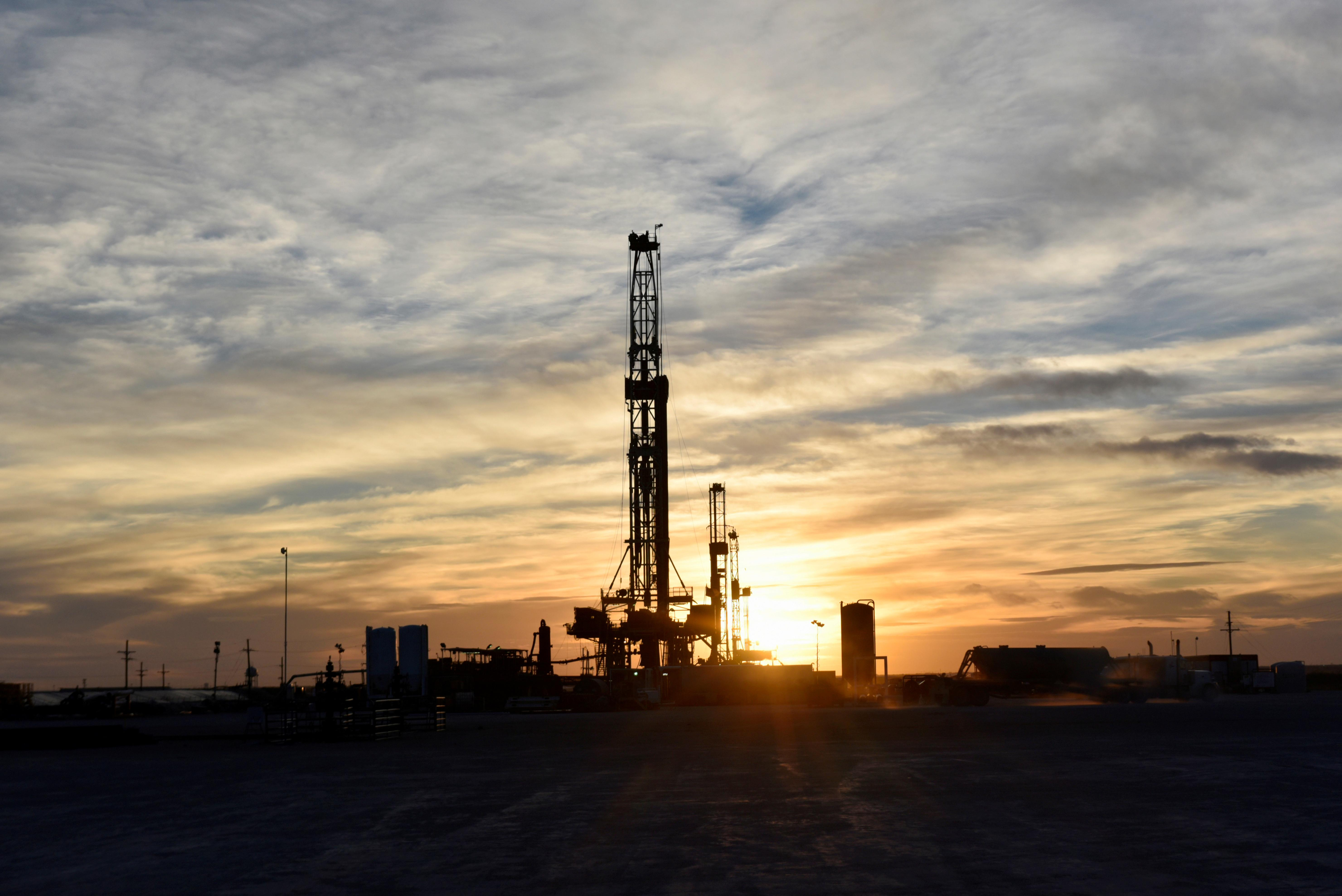 Oil steadies as hopes of easing trade tensions lend support