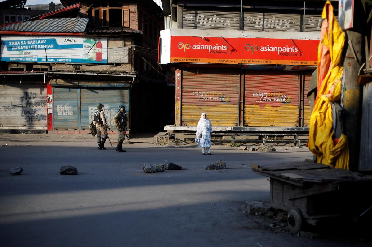 Kashmir bly gespanne ondanks 'n gedeeltelike verligting van die beperkings