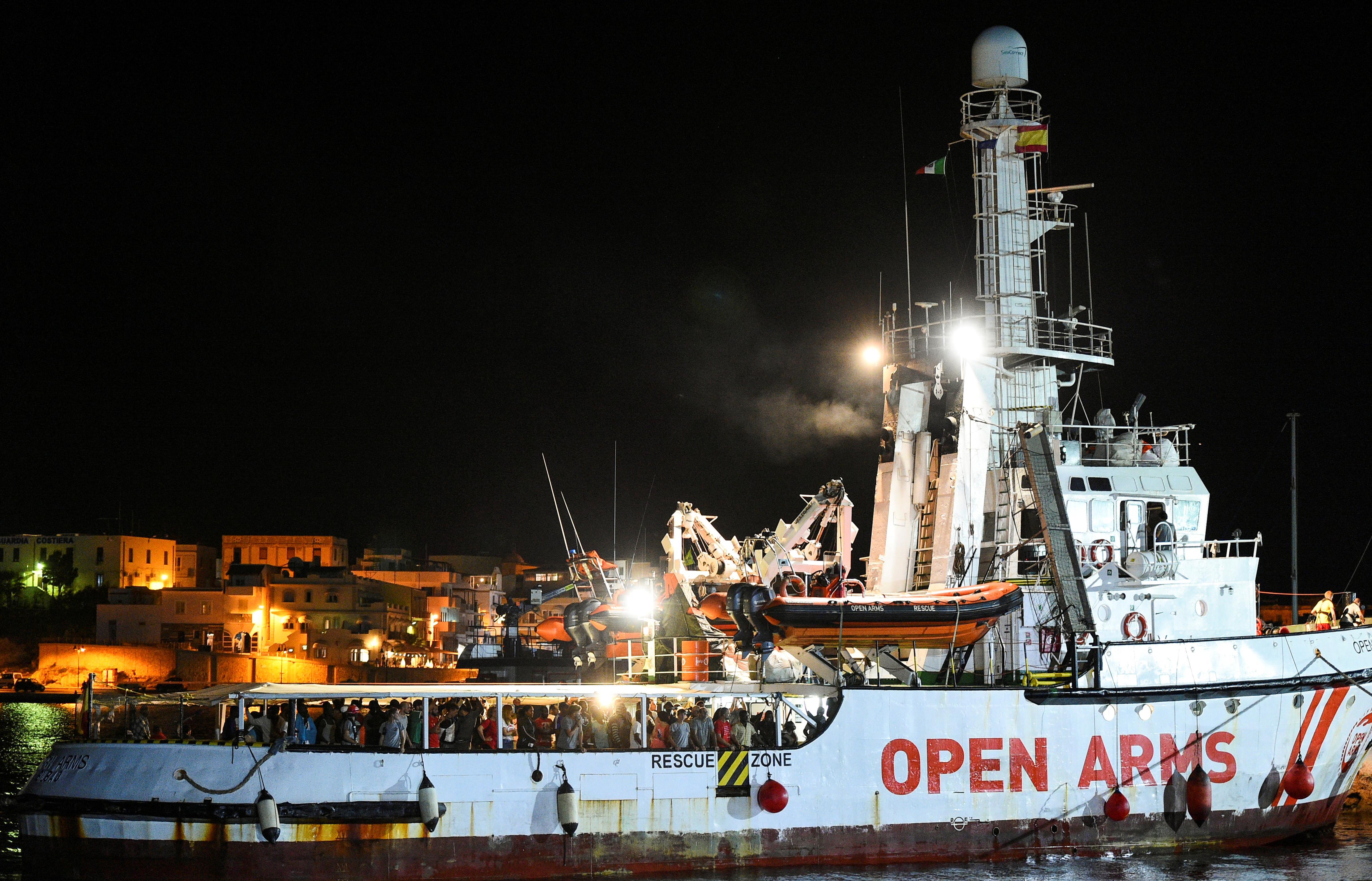 Des migrants débarquent d'un navire de sauvetage à bras ouverts sur l'île italienne de Lampedusa