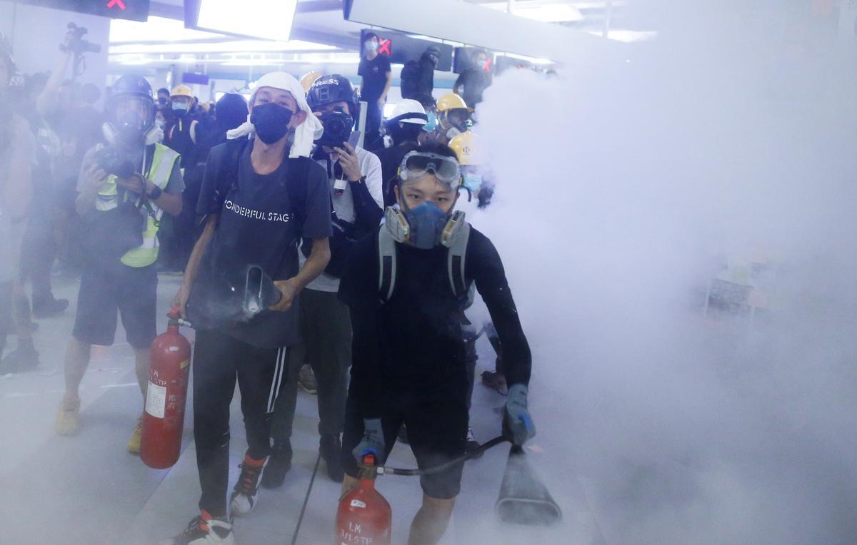 Betogers in Hong Kong bots met die polisie, kwaad weens 'n gebrek aan vervolging na die aanval van die metro