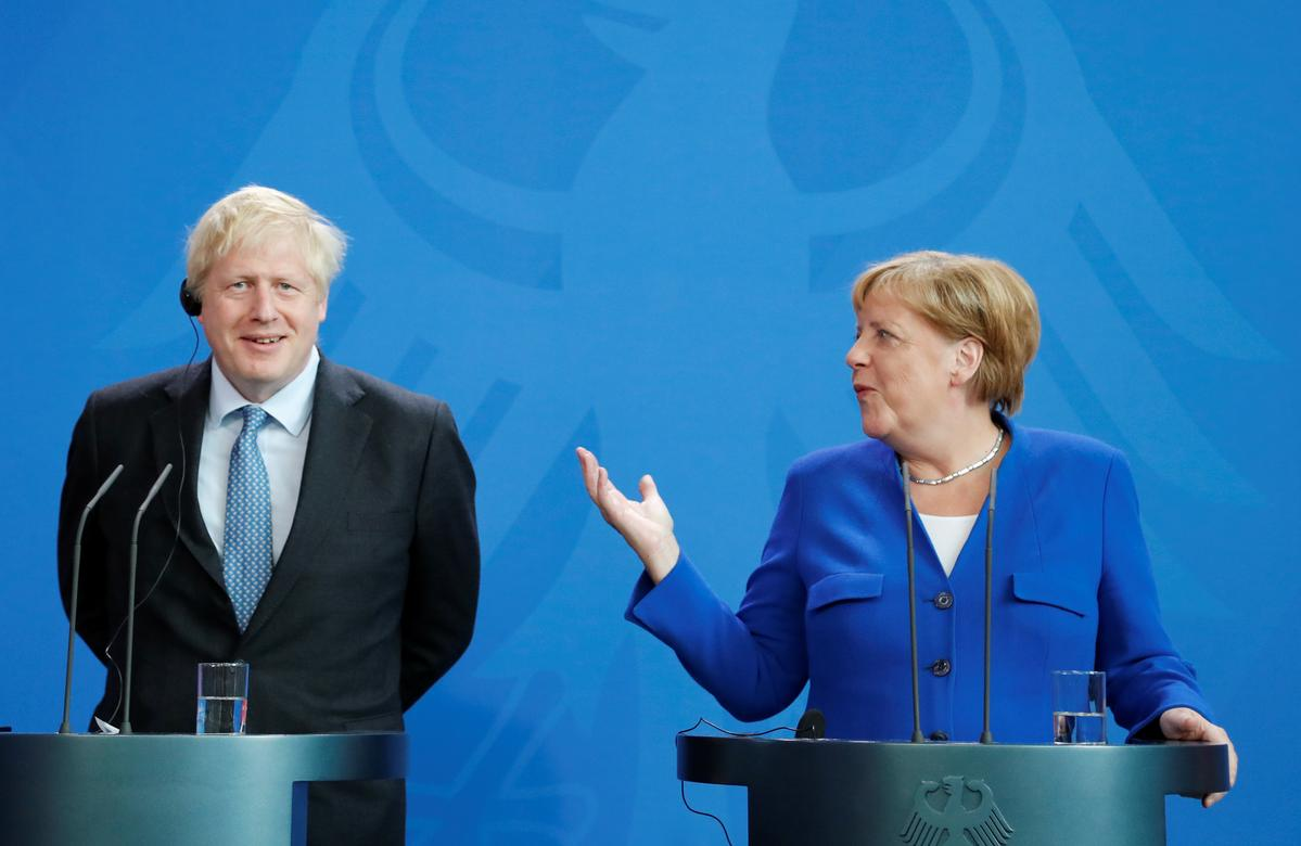Betogers huil 'stop Brexit', terwyl die Britse premier, Johnson, Merkel in Berlyn ontmoet