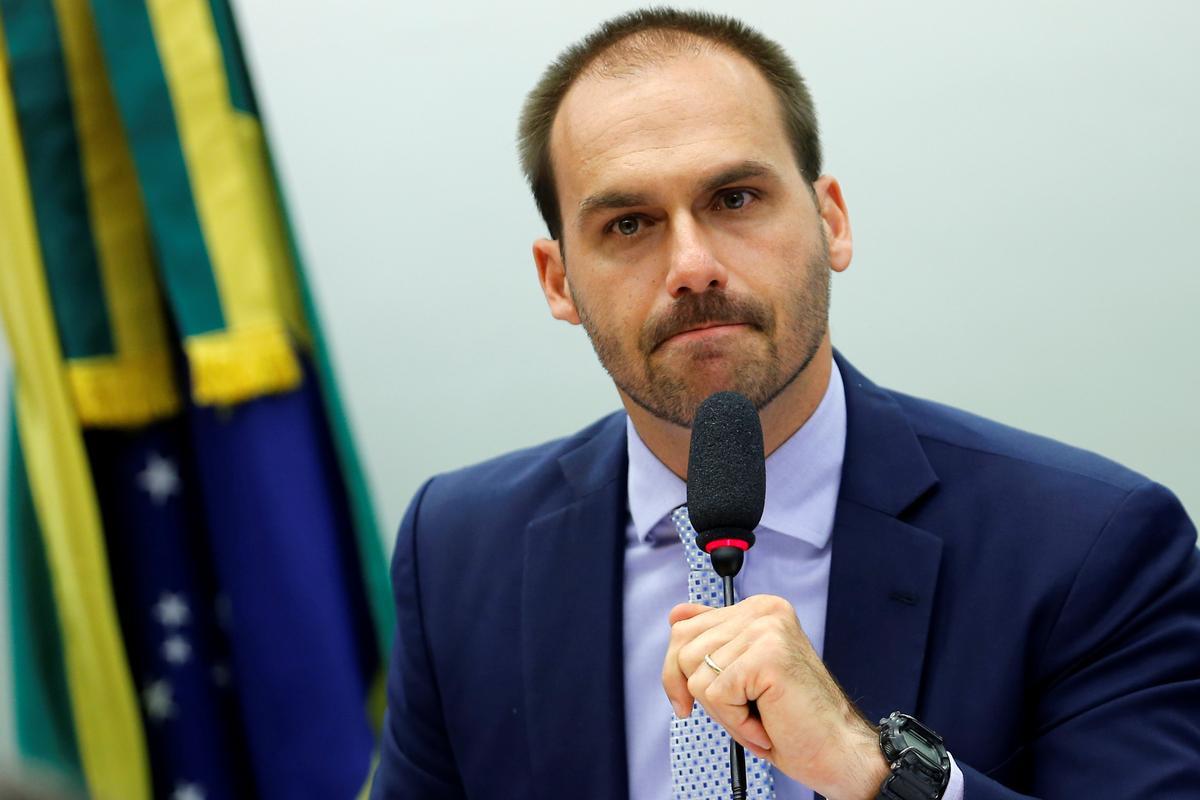 Terwyl die weerstandsbeweging optree, hou Brasilië se Bolsonaro 'n seun vir Amerikaanse gesante