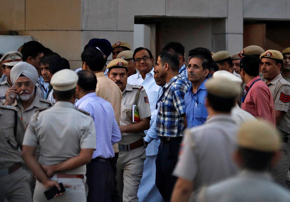 Die Indiese hof stuur die voormalige minister van finansies, Chidambaram, in aanhouding van die polisie