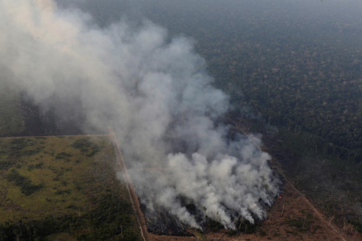 Terwyl Amazon brand, sê die Bolsonaro van Brasilië die res van die wêreld om nie in te meng nie