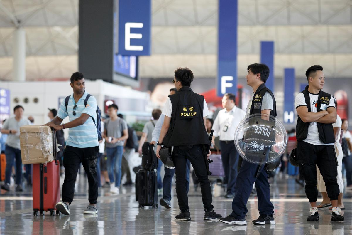 Die hof in Hongkong brei die beperkings op betogers op lughawes uit: staats-TV