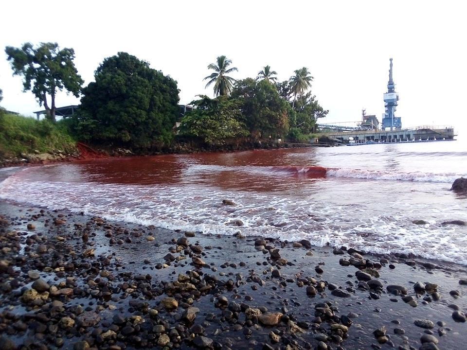 Nikkelaanleg in Chinese besit mors afval in die baai van Papoea-Nieu-Guinee