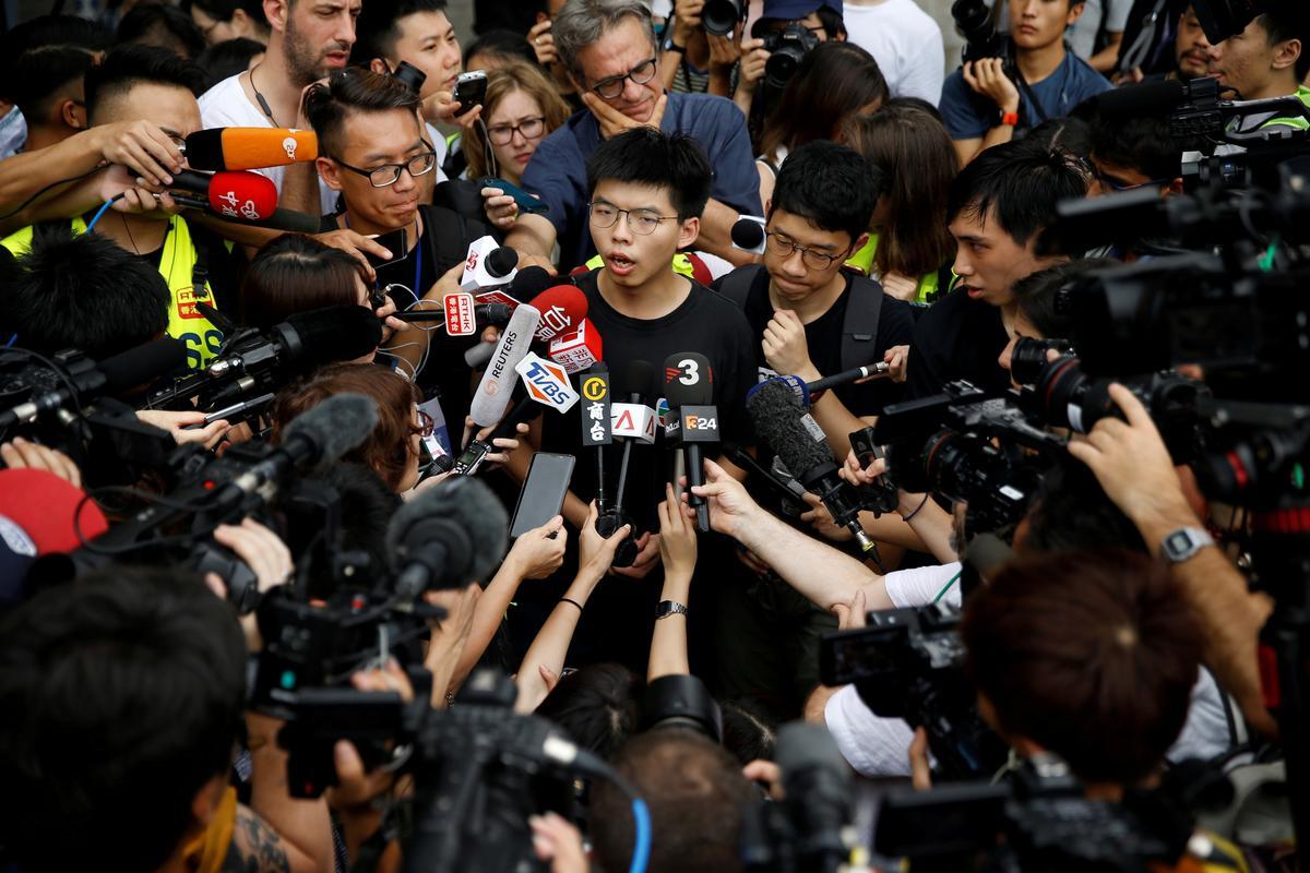 Joshua Wong, demokrasie-aktivis in Hong Kong, is in hegtenis geneem voor betogings in die naweek