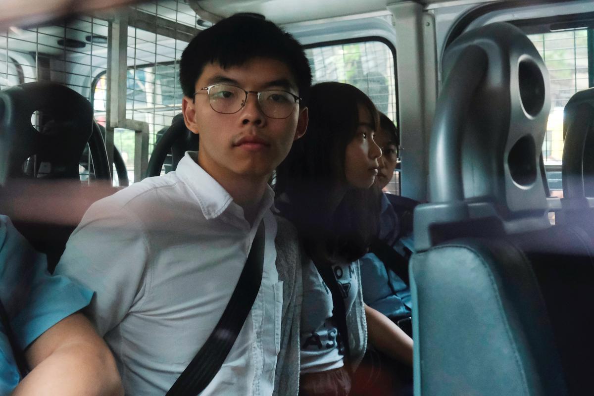 Die Hong Kong-aktivis Joshua Wong is aangekla van betogers