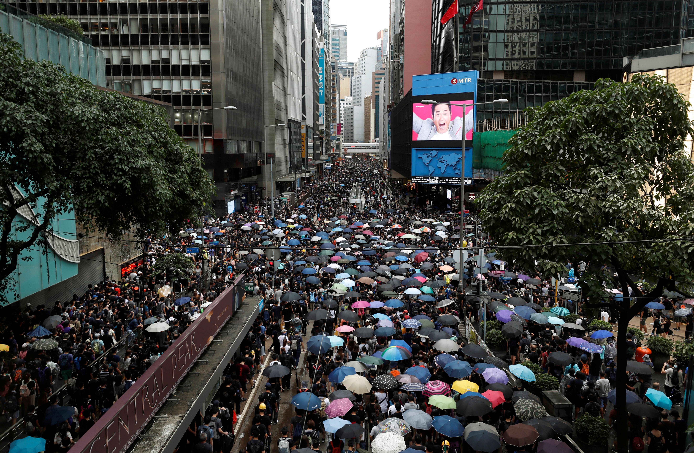 Les manifestants de Hong Kong se joignent à une marche sinueuse pour la démocratie