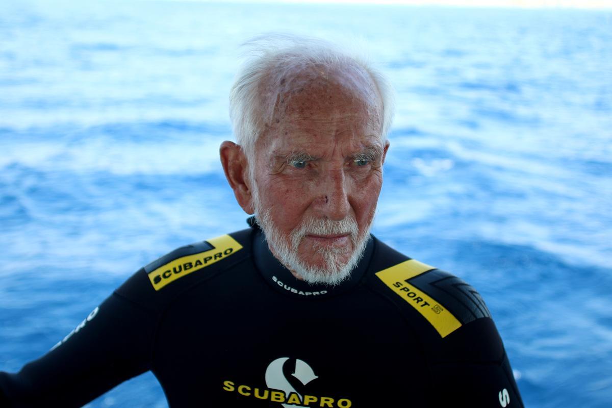 World War Two veteran breaks own scuba diving record at 96