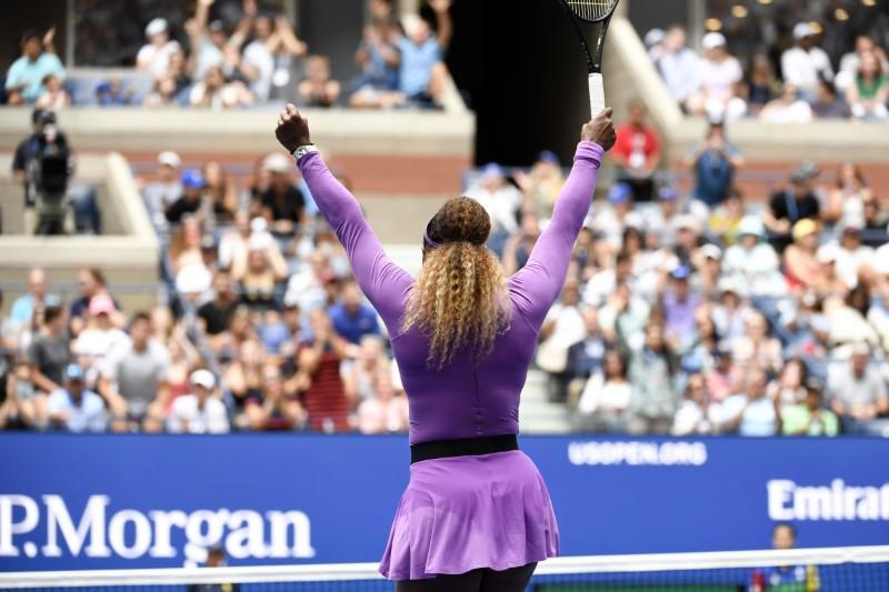 Serena advances in New York despite ankle injury