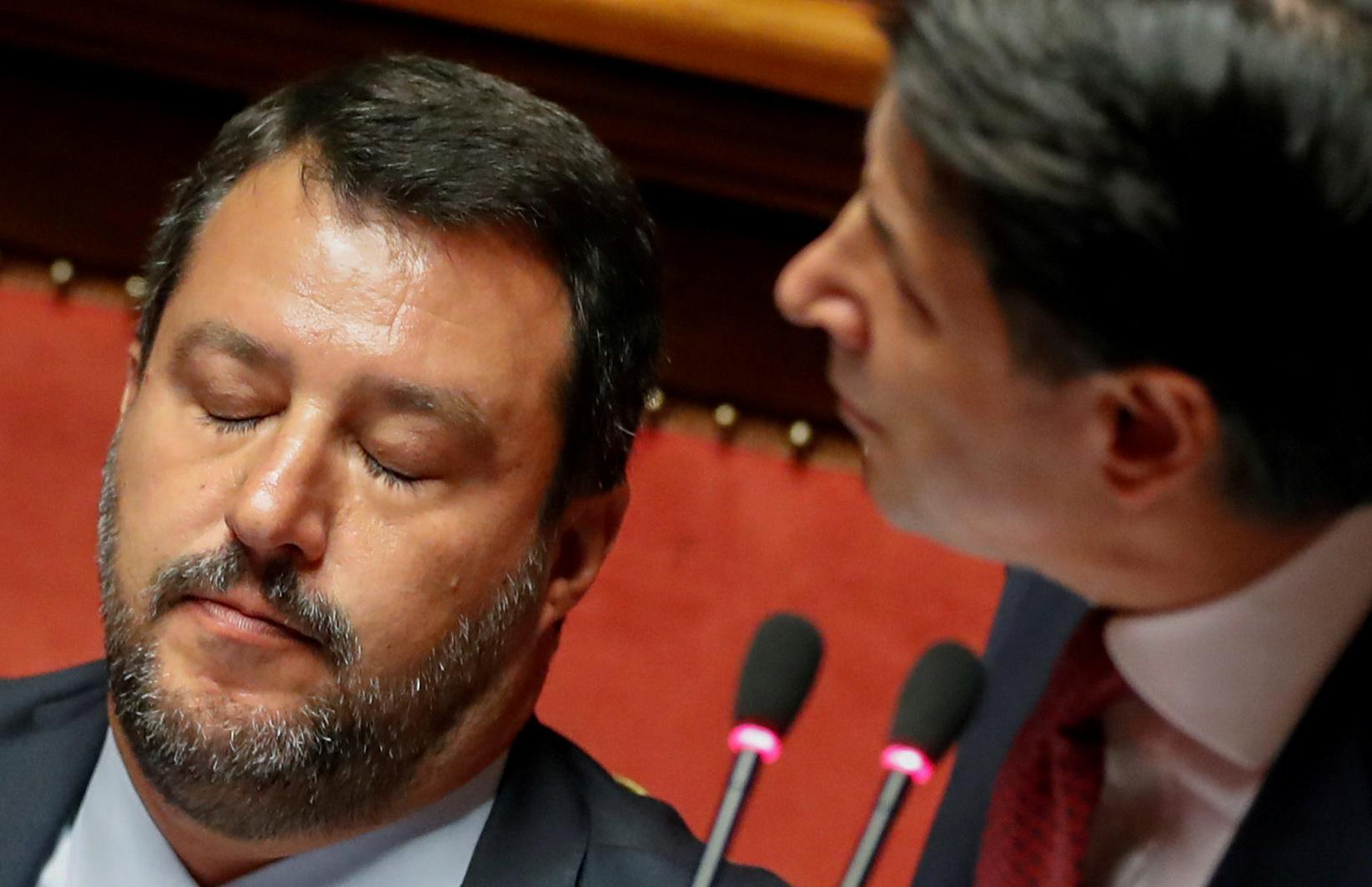 """Comment le """"capitaine"""" italien Salvini a dirigé son bateau sur les rochers"""
