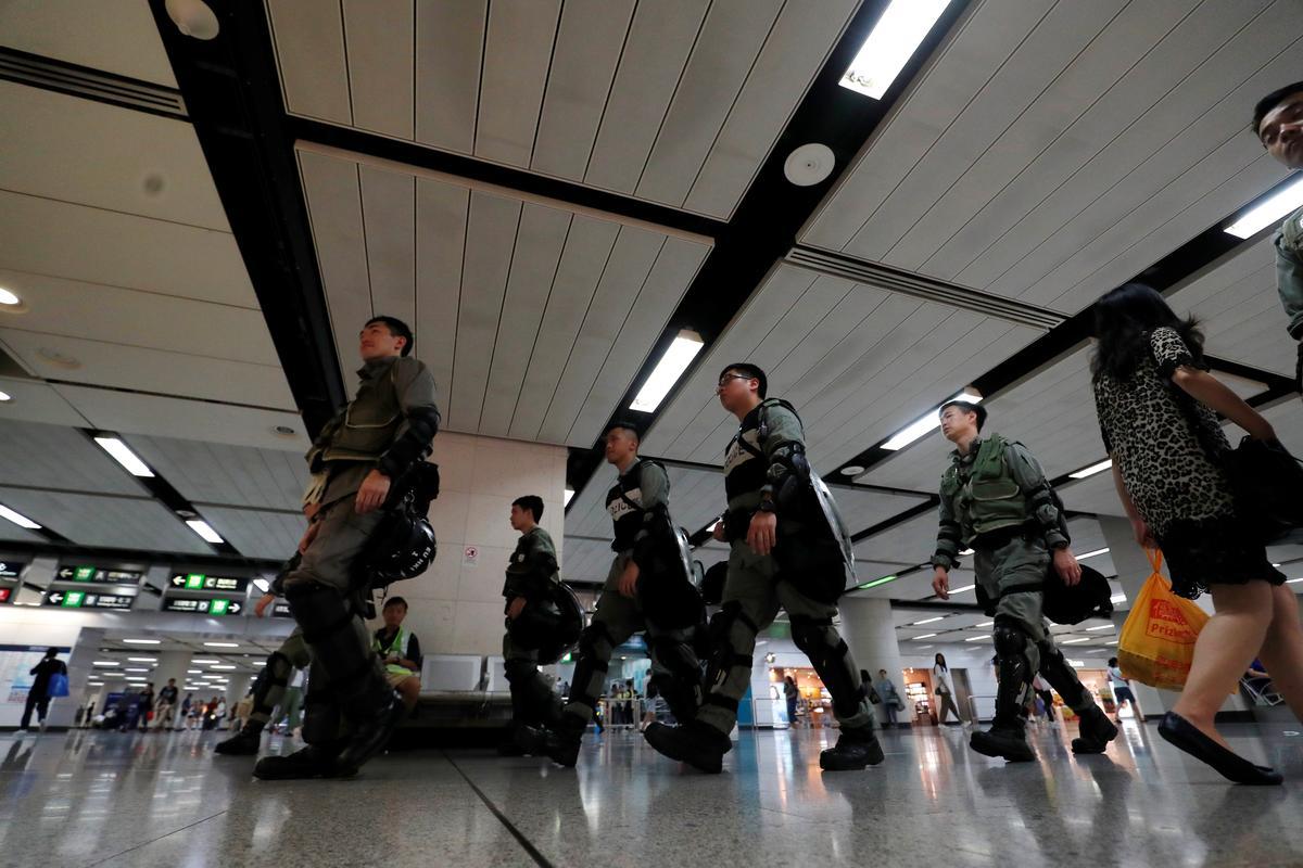 Hongkong-polisie in posisie op die lughawe voor die beplande protesoptrede