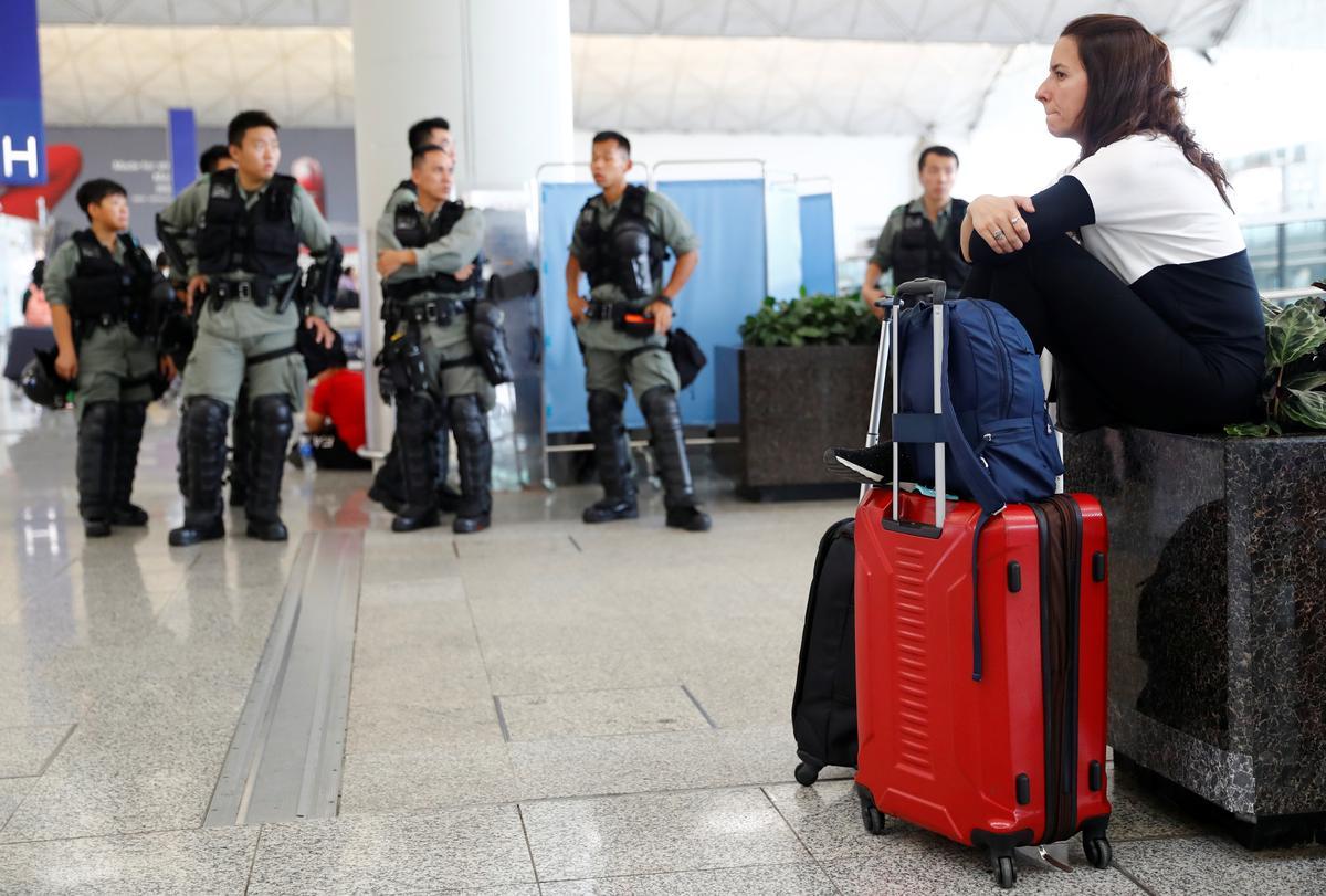 Die polisie in Hong Kong verhoed die betoging van die lughawe ná die nag van geweld
