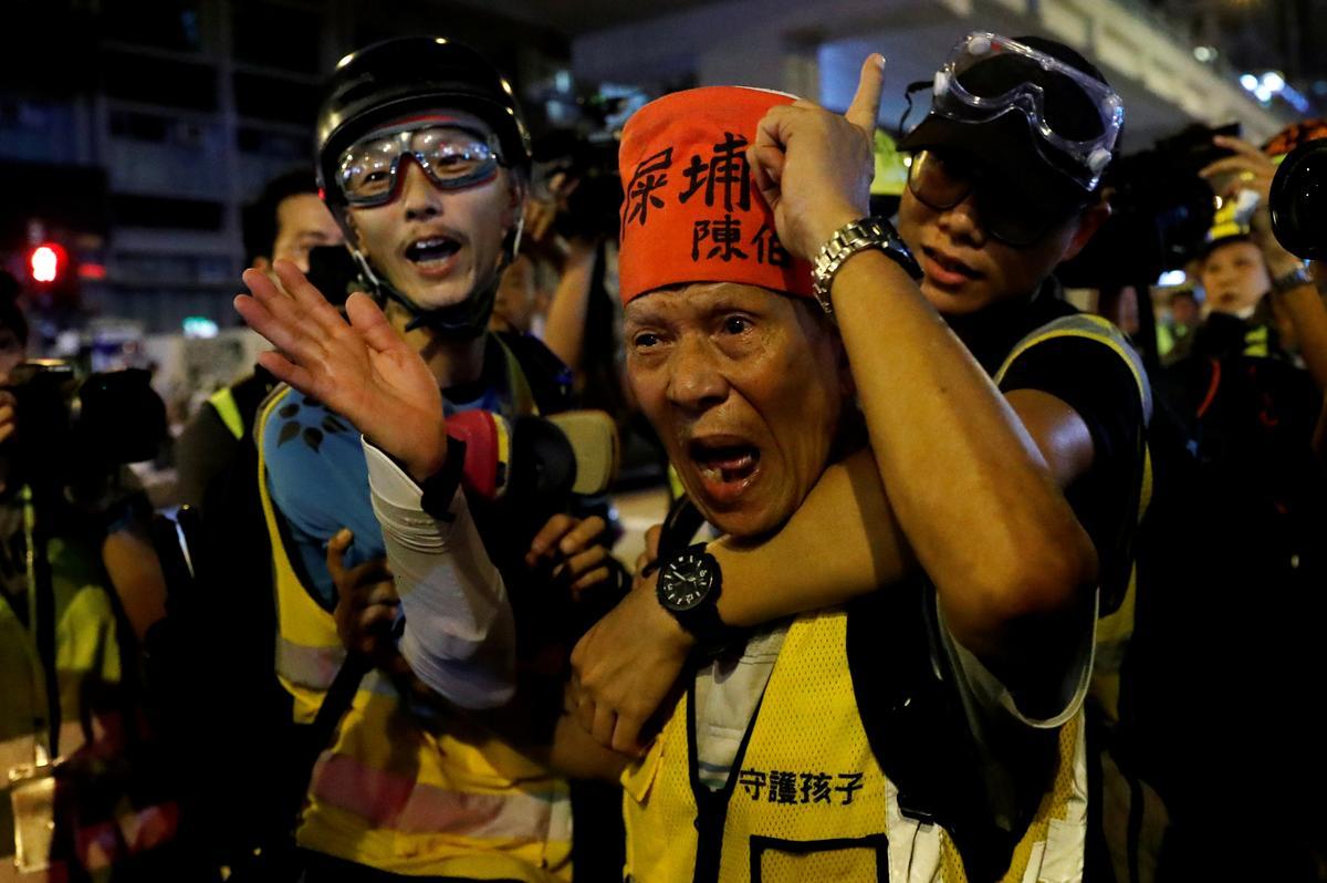 Die polisie in Hongkong skiet traangas af na die protes teen die lughawe