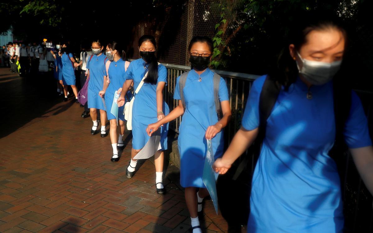 Kinders in Hongkong vorm kettings van protes namate ekonomiese kommer groei