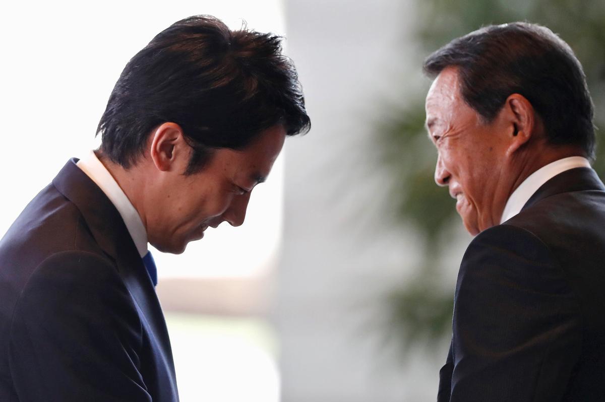 Japannese Abe stel die opkomende ster Koizumi op, bondgenote in 'n breë kabinet