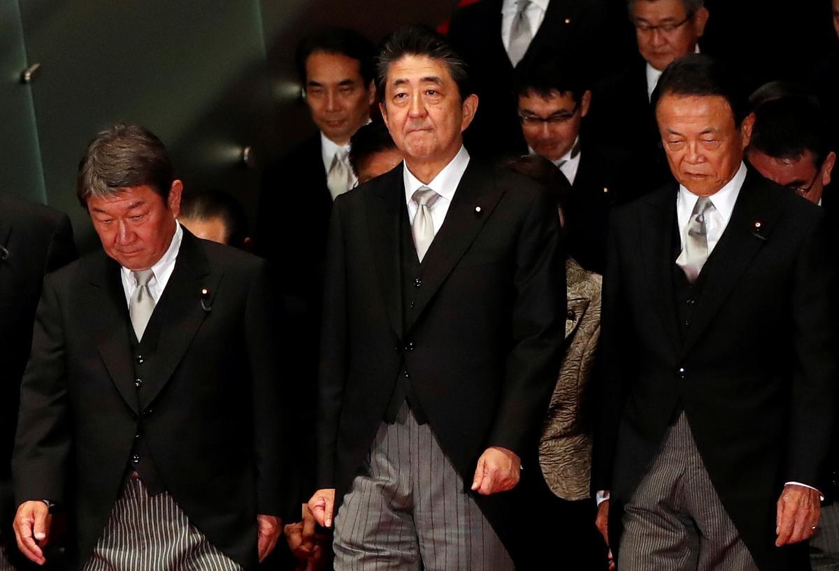 Japan se Abe stel opkomende ster-LP, bondgenote vir nuwe kabinet, grondwetlike hervorming op
