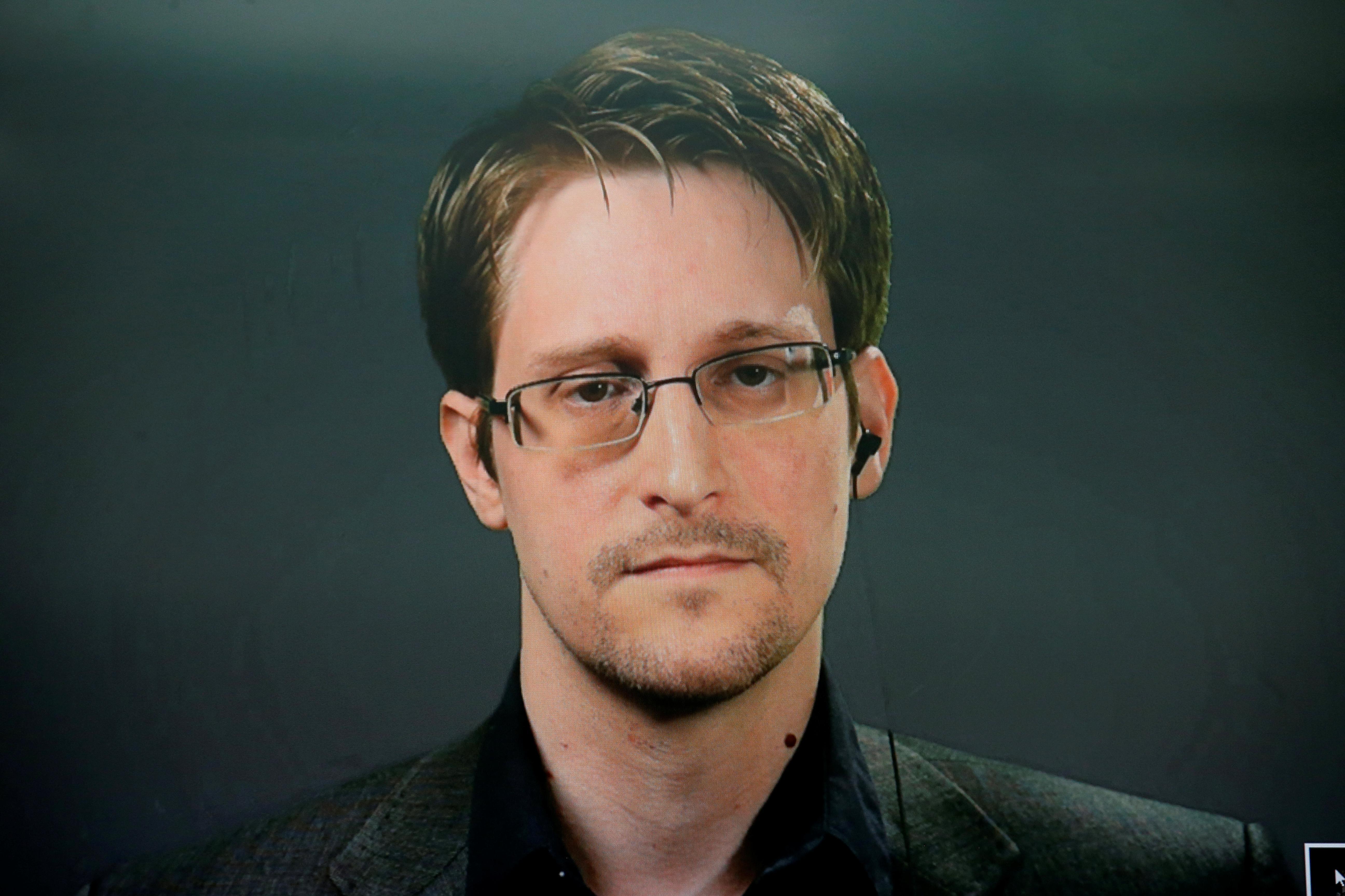 Snowden says he hopes France will grant him asylum