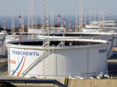 Foto de archivo: Tanques de petróleo en el puerto de Transneft - Kozmino,...