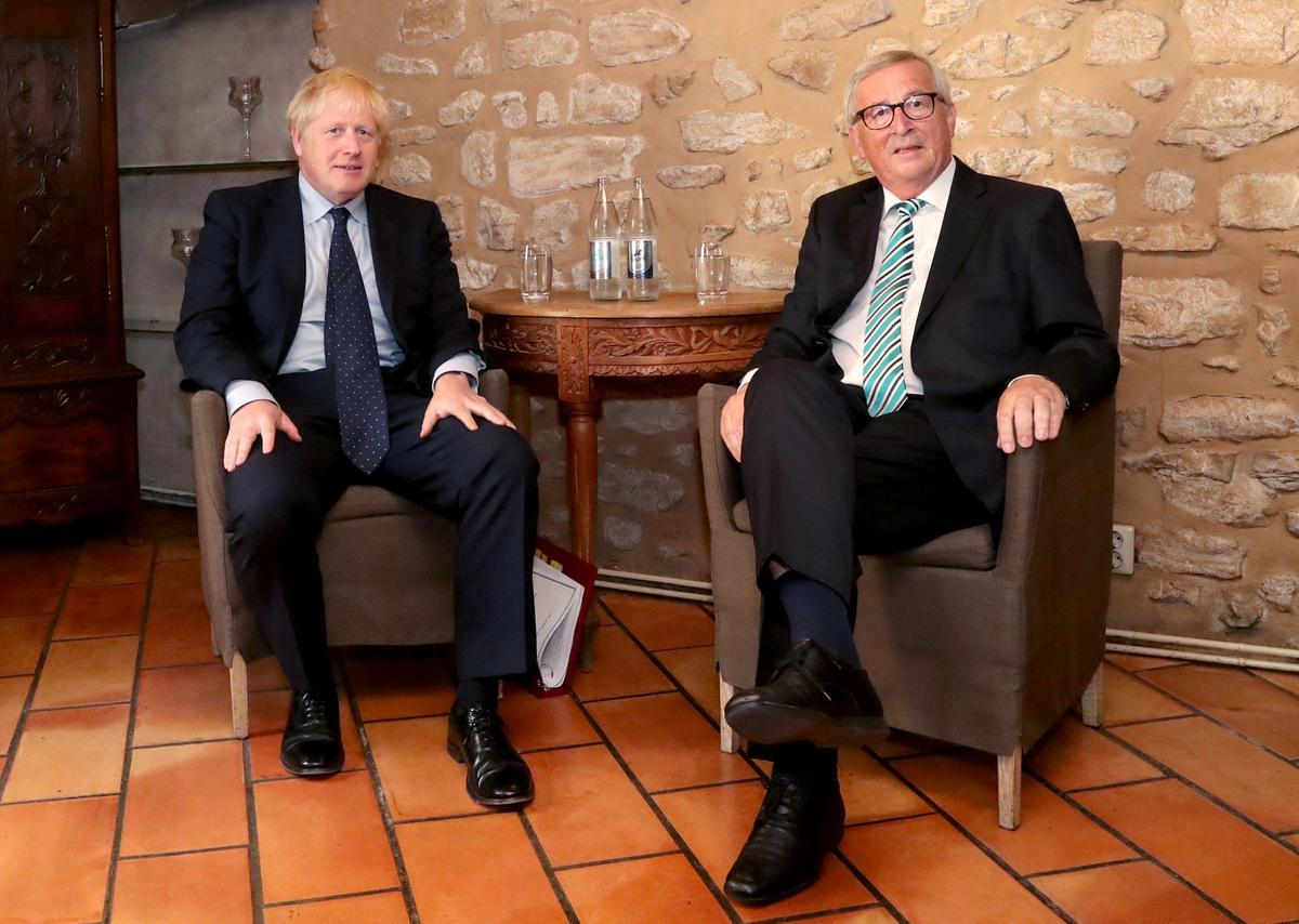 Johnson ondersoek Brexit-ooreenkoms met Juncker tydens die middagete van slakke en salm