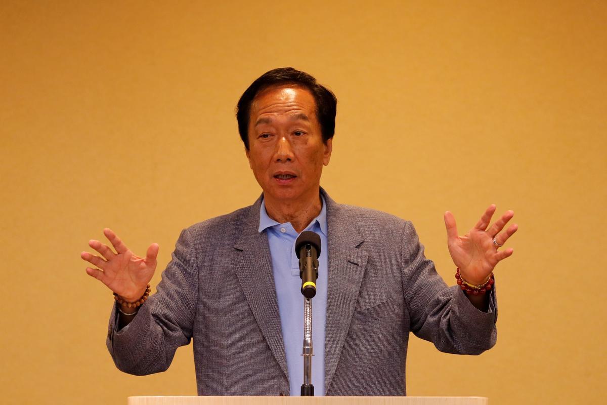 In 'n verrassing skuif Foxconn's Gou van Taiwan se presidensiële bod af