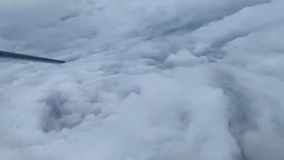 Groot dele van Bermuda het in duisternis gedompel terwyl die orkaan Humberto die eiland sweep