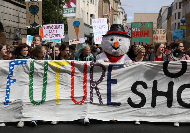 La gente participa en la huelga climática global de los viernes para el movimiento futuro en Berlín, Alemania, el 20 de septiembre. REUTERS / Christian Mang