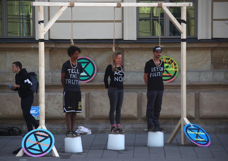 Los activistas se paran en bloques de hielo bajo una horca improvisada mientras participan en la huelga climática global del movimiento Viernes para el Futuro, en Munich, Alemania, el 20 de septiembre. REUTERS / Michael Dalder