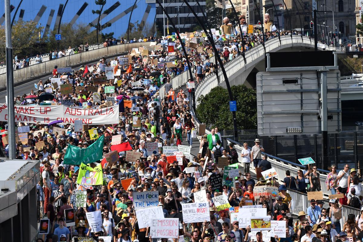 Geïnspireer deur die Sweedse tiener, eis wêreldwye protes klimaatsaksie