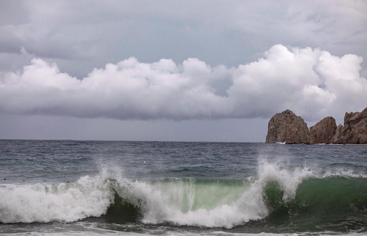 Lorena verswak tot 'n tropiese storm omdat dit die vasteland van Mexiko nader