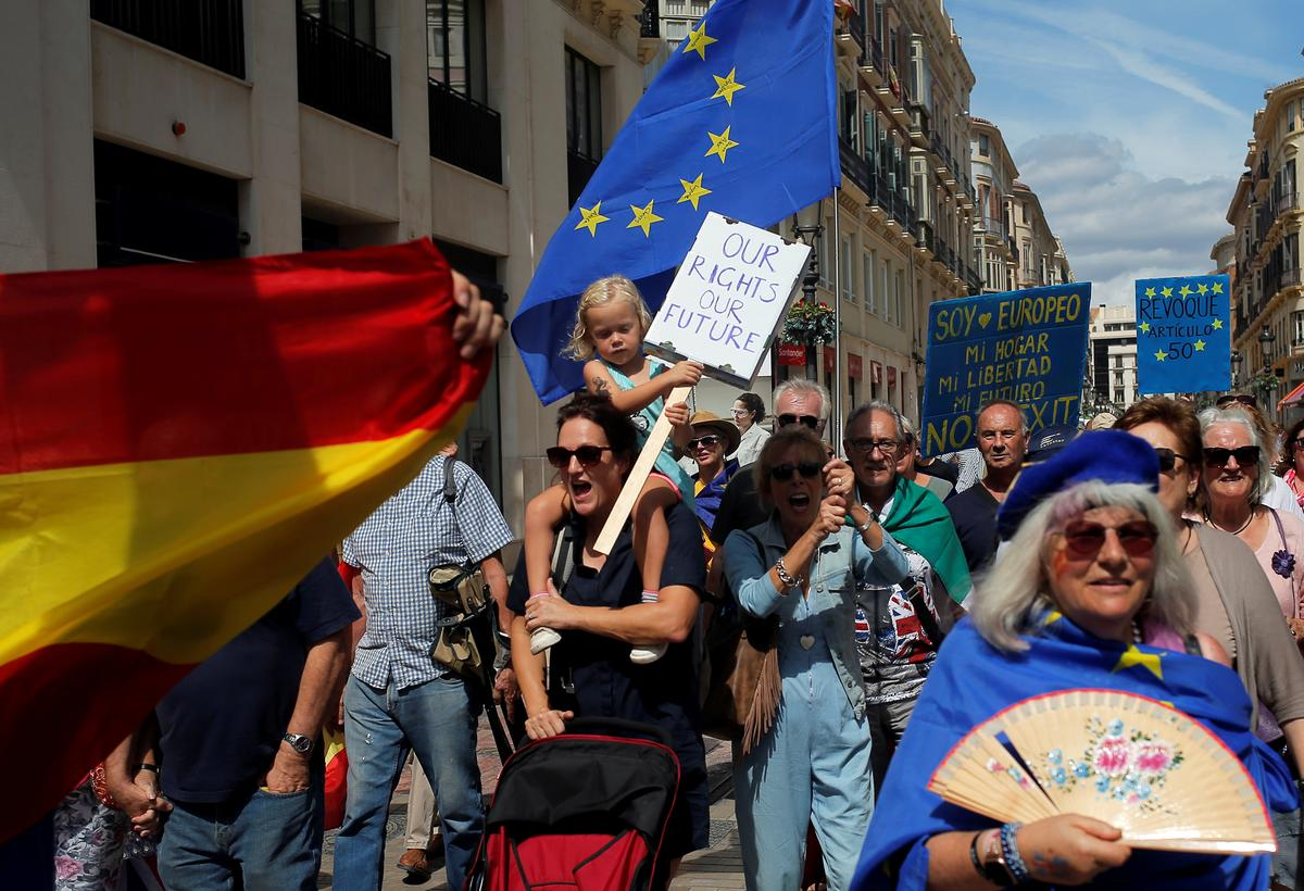 Tientalle Britte marsjeer in die suide van Spanje voor Brexit