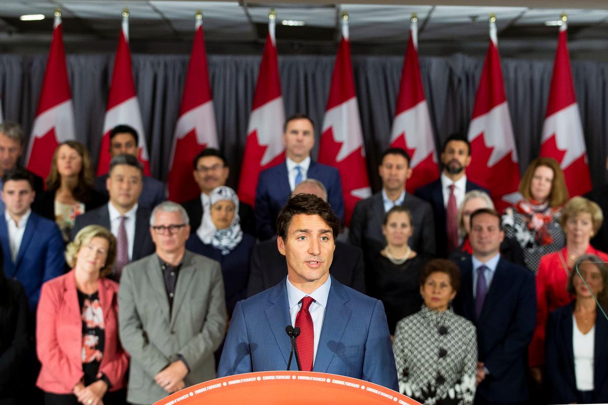 Die Trudeau-veldtogte in Kanada ná beelde van swart oppervlaktes, laat die stemmingsyfers neerkom