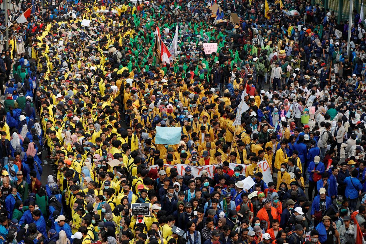 Student in Indonesië protes teen wetswysigings betree die derde dag