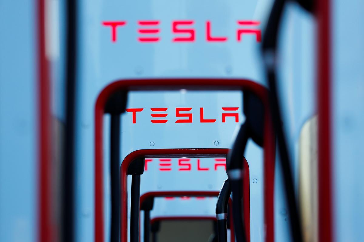 Tesla-aandele spring op die e-pos met aflewering oor aflewerings, en opdatering van vermaak sagteware