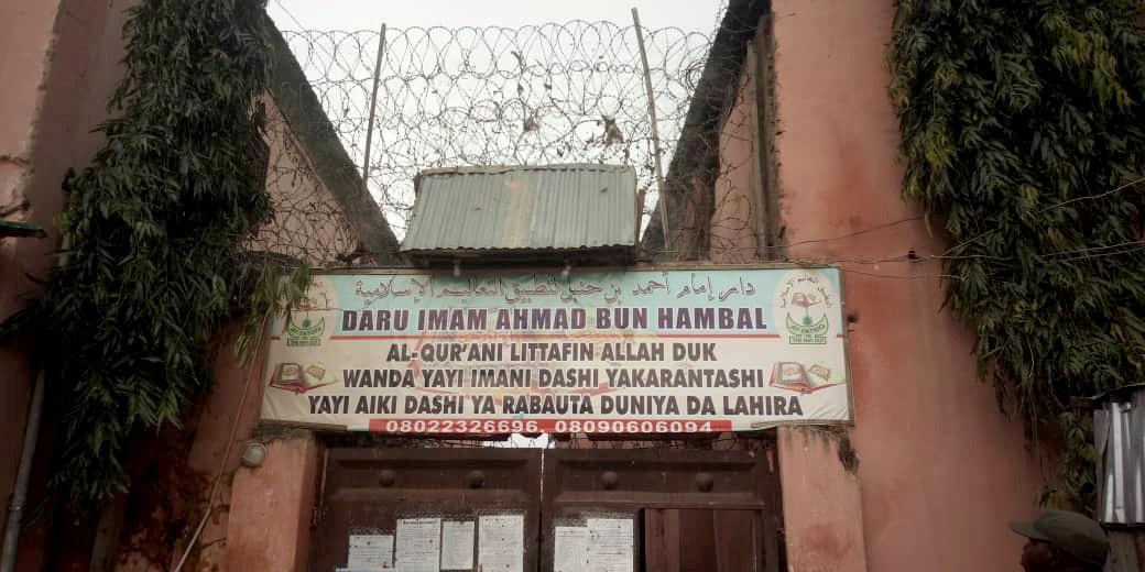 Honderde gevangenes, baie seuns in kettings, is in Nigerië bevry