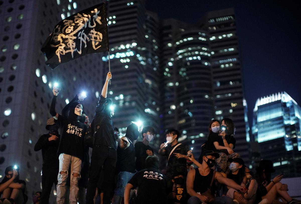 Betogers in Hong Kong veroordeel die polisie voor flitspuntnaweek