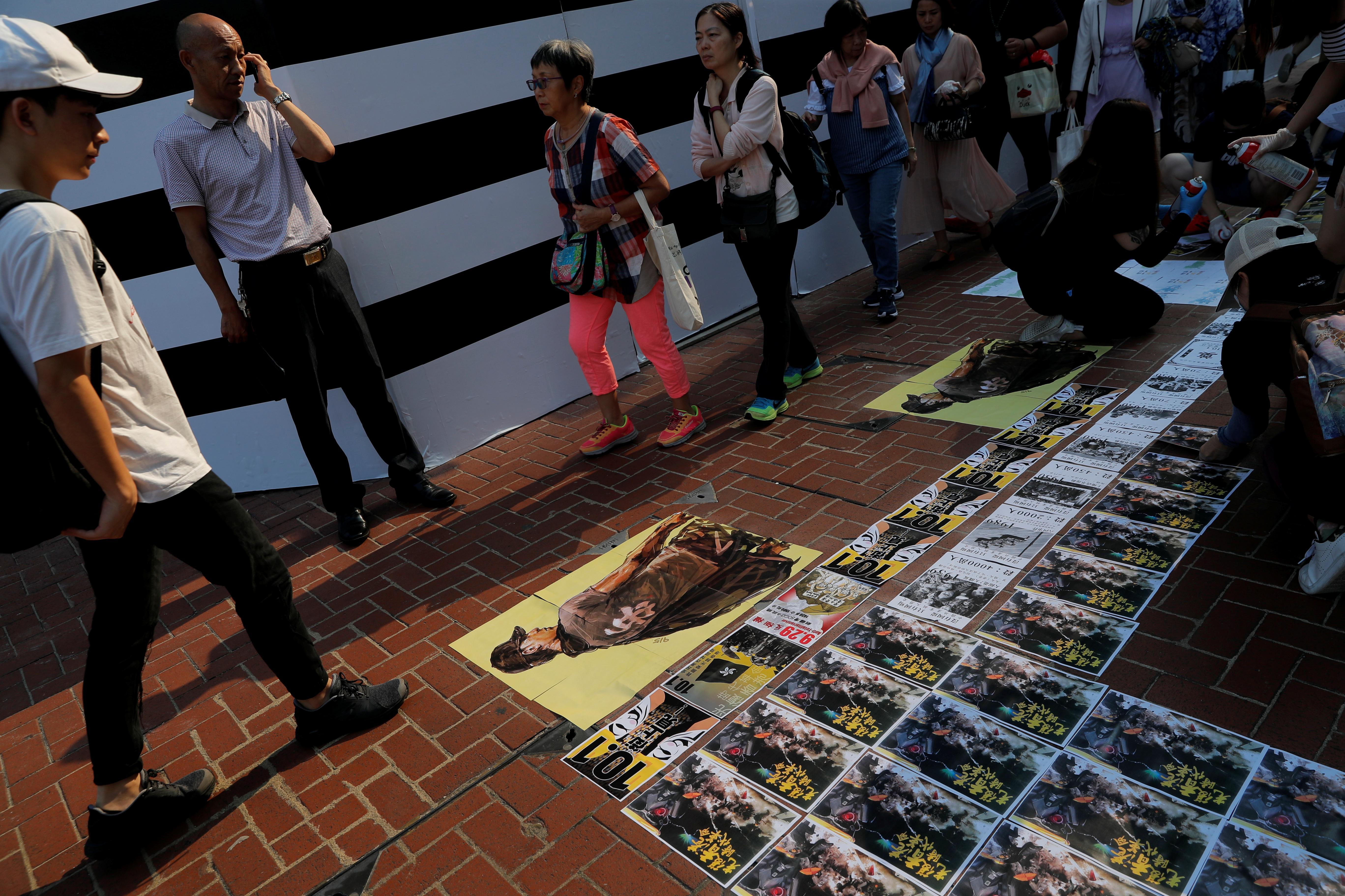 Les manifestants de Hong Kong reconstruisent les murs de Lennon avant la fête nationale chinoise