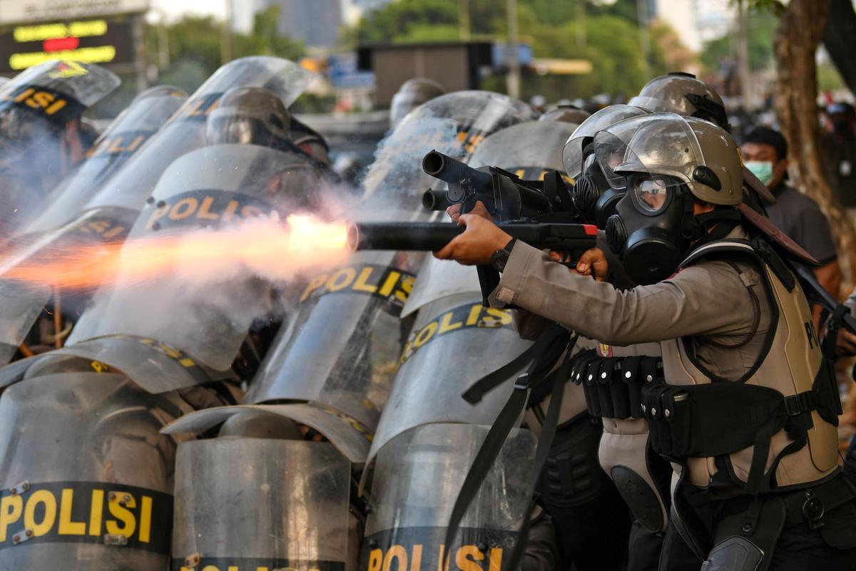 Die polisie in Indonesië skiet traangas as samesprekings oor nuwe wette gewelddadig word