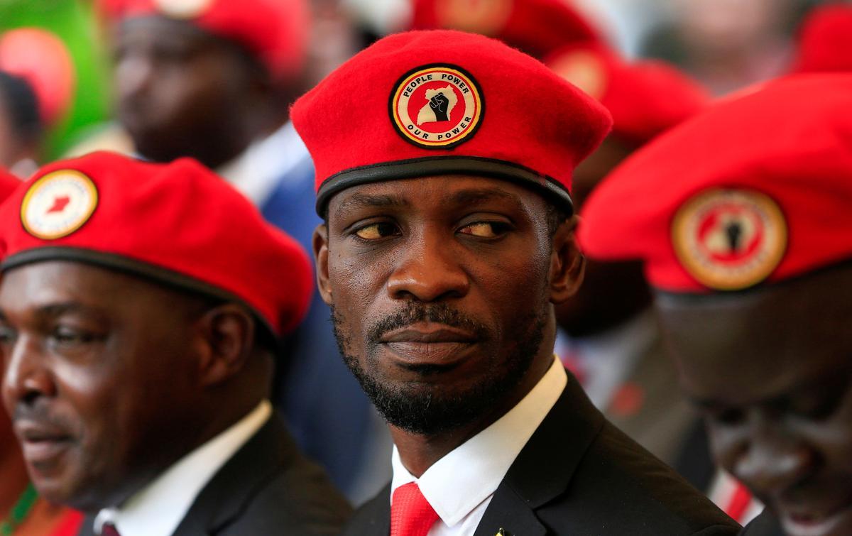 Ugiese presidensiële hoopvolle Bobi Wine verwerp die regering se verbod op sy 'rooi baret'-simbool