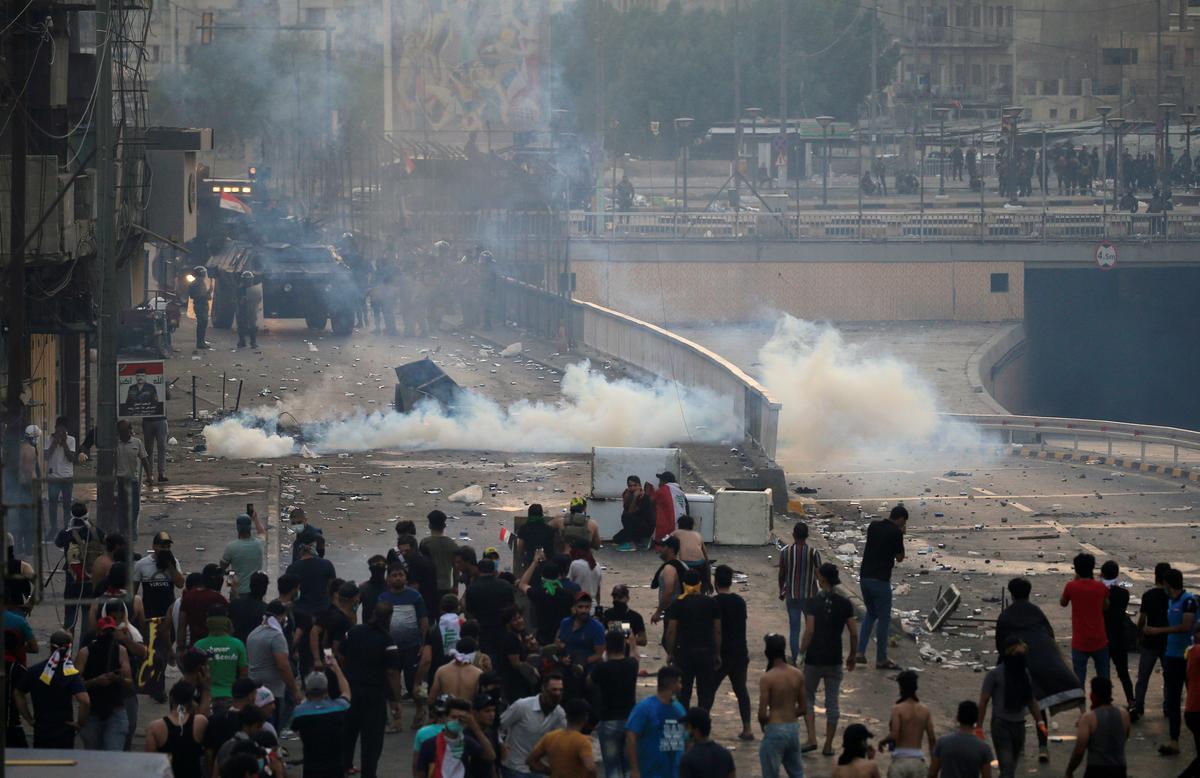 Geweergevegte woed in die suide van Irak, betogings het landwyd versprei