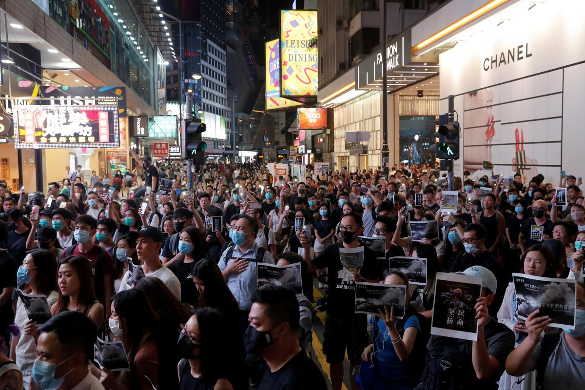 Betogers in Hongkong struikel oor die stad terwyl die polisie 'n belemmering vra