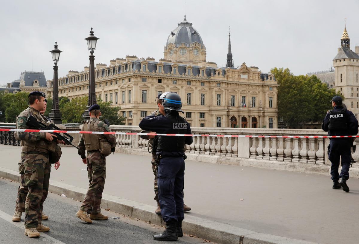 Die polisie-medewerker in Parys steek vier mense dood met die geweld van die hoofkantoor en word daarna geskiet