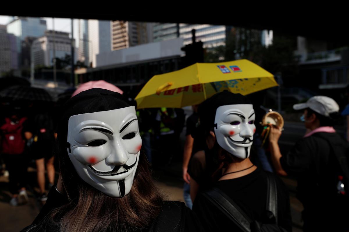 Hong Kong gaan stil soos metro, winkels sluit ná die nag van geweld
